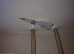 Порез или дыра в натяжном потолке — можно ли заделать?