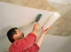 Клеим на потолок флизелиновые обои