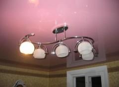 Как крепить люстру к натяжному потолку?