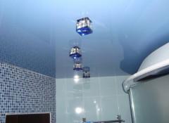 Использование натяжных потолков в оформлении ванной комнаты