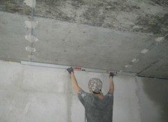 Выравниваем потолок штукатуркой