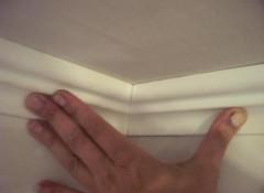 Как приклеить потолочные багеты?