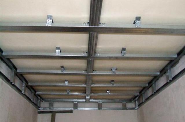 Потолок из пластиковых панелей: как
