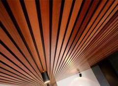 Что выбрать — алюминиевую потолочную рейку или деревянную?