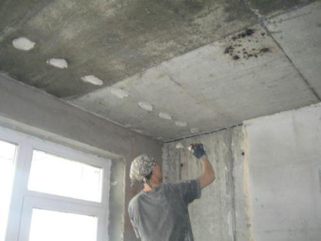 Как выровнять потолок штукатуркой по маякам своими руками