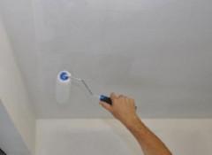 Белим потолок мелом