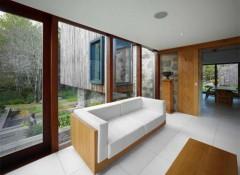 Преимущества и недостатки применения натяжных потолков в деревянном доме
