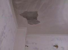 С потолка отвалилась штукатурка — почему такое происходит и что делать?