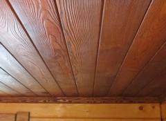 Можно ли установить в ванной комнате деревянный потолок?