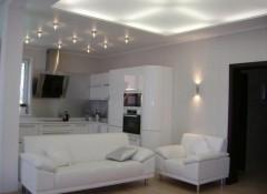Какие выбрать натяжные потолки для гостинной?