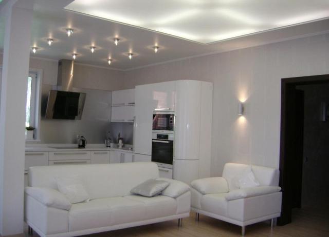 освещение в гостиной с натяжными потолками фото