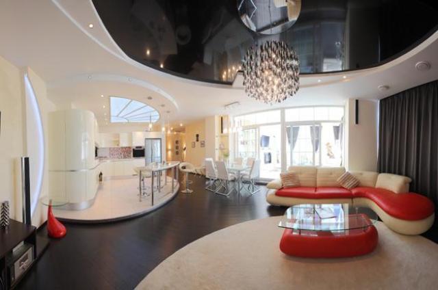 Интерьер гостиной черно белый потолок