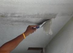Снимаем с потолка старую краску