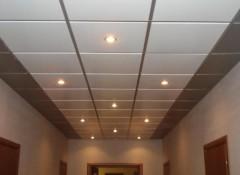 Виды, преимущества и недостатки металлических подвесных потолков