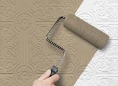 Как выполняется покраска обоев на потолке?