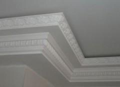 Выбор и монтаж пенопластового плинтуса на потолок
