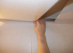 Последняя панель на ПВХ потолке — как ее установить?