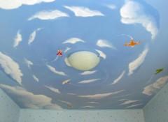 Из каких материалов и как оформить потолок в детской комнате?