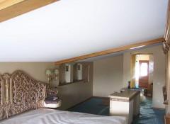 Можно ли применять при отделке мансарды натяжные потолки?