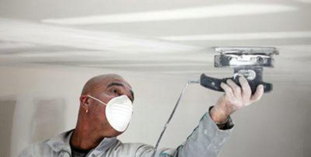 Как устранить недостатки шпатлевки и шлифовки потолка мастика universal