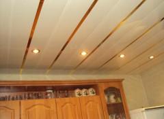 Хорошее решение для кухни и ванной — отделка потолка ПВХ-панелями