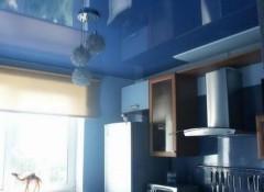 Применение в интерьере синих натяжных потолков