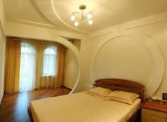 Варианты оформления потолка в спальне