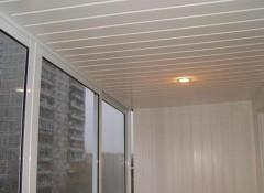 Особенности и порядок монтажа потолка из ПВХ панелей на балконе
