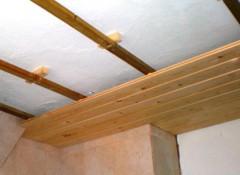 Виды и установка потолка из вагонки в доме