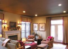 Применение в интерьере коричневых натяжных потолков