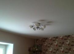 Преимущества и варианты применения матовых потолков в гостинной