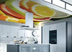 Преимущества применения на кухне натяжных потолков с рисунком