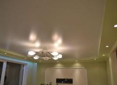 Преимущества и варианты применения сатиновых потолков в гостиной