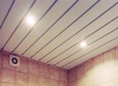 Применение в ванной комнате алюминиевых реечных потолков