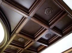 Преимущества и недостатки декоративных потолков из дерева