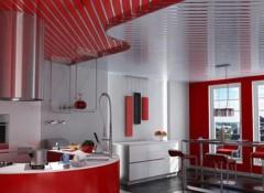 Преимущества и особенности монтажа реечного потолка на кухне