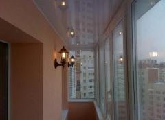 Преимущества и недостатки применения натяжных потолков на балконе