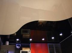 Особенности и применение одноуровневых двухцветных натяжных потолков