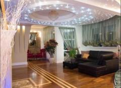 Особенности и схемы освещения в гостиной с натяжными потолками