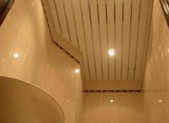 Применение в ванной подвесного реечного потолка