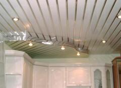 Плюсы и минусы применения на кухне и в ванной панельных потолков