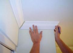 Как правильно клеить на потолок плинтуса?