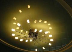 Варианты монтажа на натяжной потолок люстры