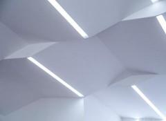 Варианты применения и особенности ломанных потолков