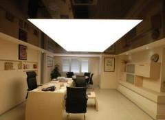 Особенности установки и варианты дизайна прозрачных натяжных потолков с подсветкой