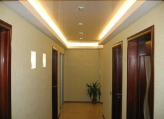 Варианты применения потолков с подсветкой в коридоре