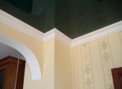 Как на натяжной потолок клеить плинтуса?