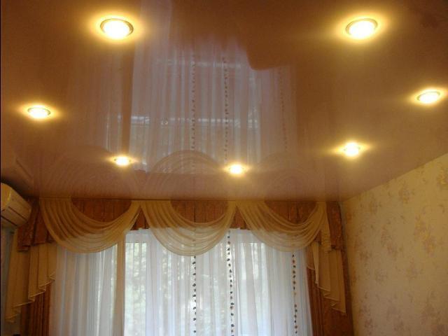 Натяжные потолки фото для зала (гостиной) в хрущевке
