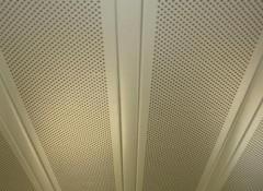 Что собой представляет перфорированный реечный потолок?
