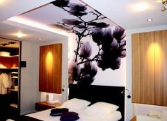 Применение в спальне натяжных потолков с рисунком